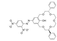 (5S,13S)-21-Hydroxy-19-(2',4'-dinitrophenylazo)-5,13-diphenyl-3,6,9,12,15-pentaoxabicyclo[15.3.1]-henicosane-1(21),17,19-triene
